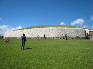 ニューグレンジ (Newgrange)【世界遺産】 ダブリンの北40km、ボイン川沿いにある古代